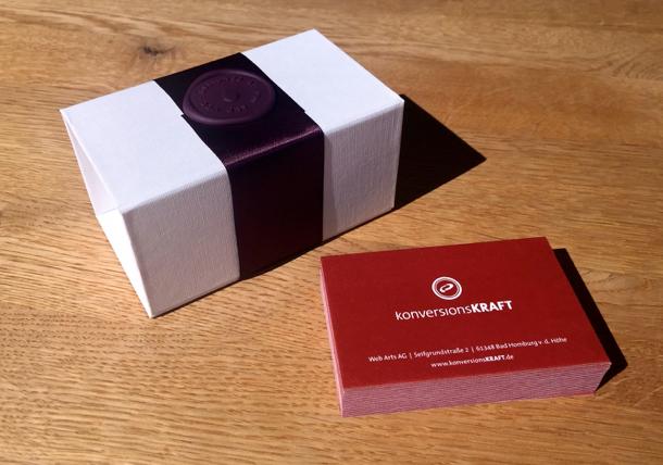 Die Visitenkarten kommen hochwertig verpackt - auch das prägt sich positiv ein.